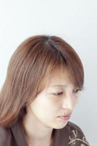 大人の女性が、悩む白髪