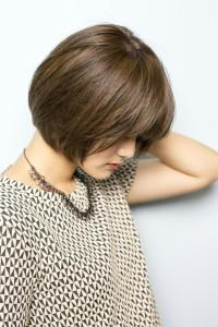 白髪をきれいに茶色に染めたいのに、いつも生え際が黒くなってる…